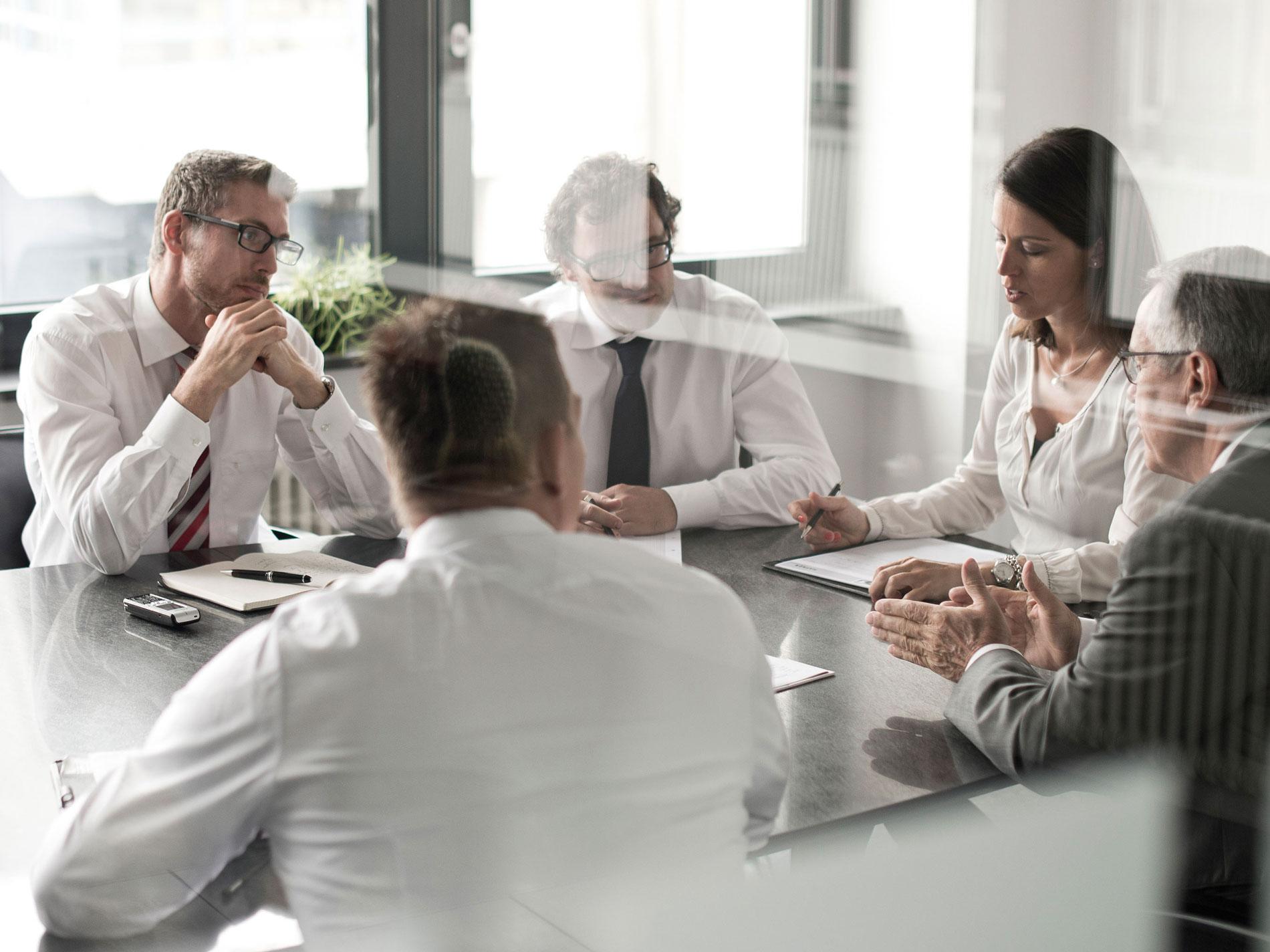 Managerportrait Meeting Konferenz Gespräch Spiegelung Diskussion authentisch Foto